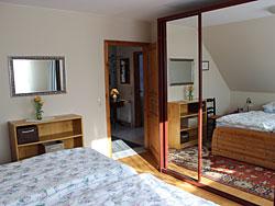 Schlafzimmer Mit Spiegelschrank, Betten 2 X 2 Qm, Radiowecker